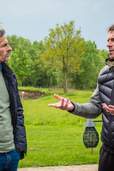 De voetbalvrienden Kees van Wonderen en Bert Konterman komen elkaar altijd en overal weer tegen