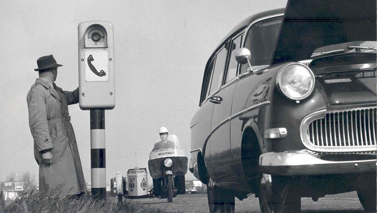 De eerste praatpaal van Nederland stond in 1960 op Rijksweg 13 tussen Den Haag en Delft. Beeld ANWB