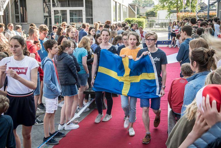 Deze jongeren dragen de vlag van Zweden.