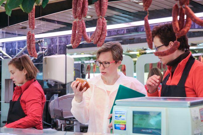 Een inspecteur controleert bereide vleeswaren bij slager Stefaan Detremmerie.