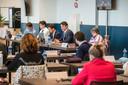 Burgemeester Paul Depla van Breda (midden) tijdens een raadsvergadering in evenementencomplex Breepark, eind vorig jaar.