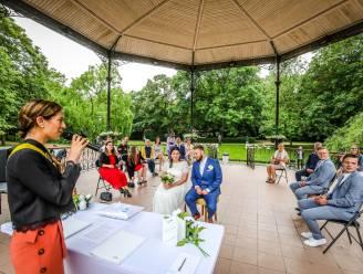 Zo romantisch ziet het eerste huwelijk in het Leopoldpark er uit. Steffi en Pieter geven elkaar het ja-woord in prachtig decor