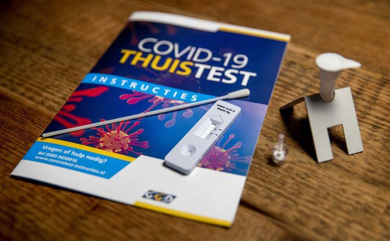 Een testkit om zelf thuis een coronatest te doen. Bij de coronatestlocatie van de GGD Hart voor Brabant loopt een onderzoek naar thuis af te nemen testen. De pilot moet de vraag beantwoorden of de resultaten van thuis zelf afgenomen sneltesten overeenkomen met de resultaten van de PCR-test.  Beeld ANP
