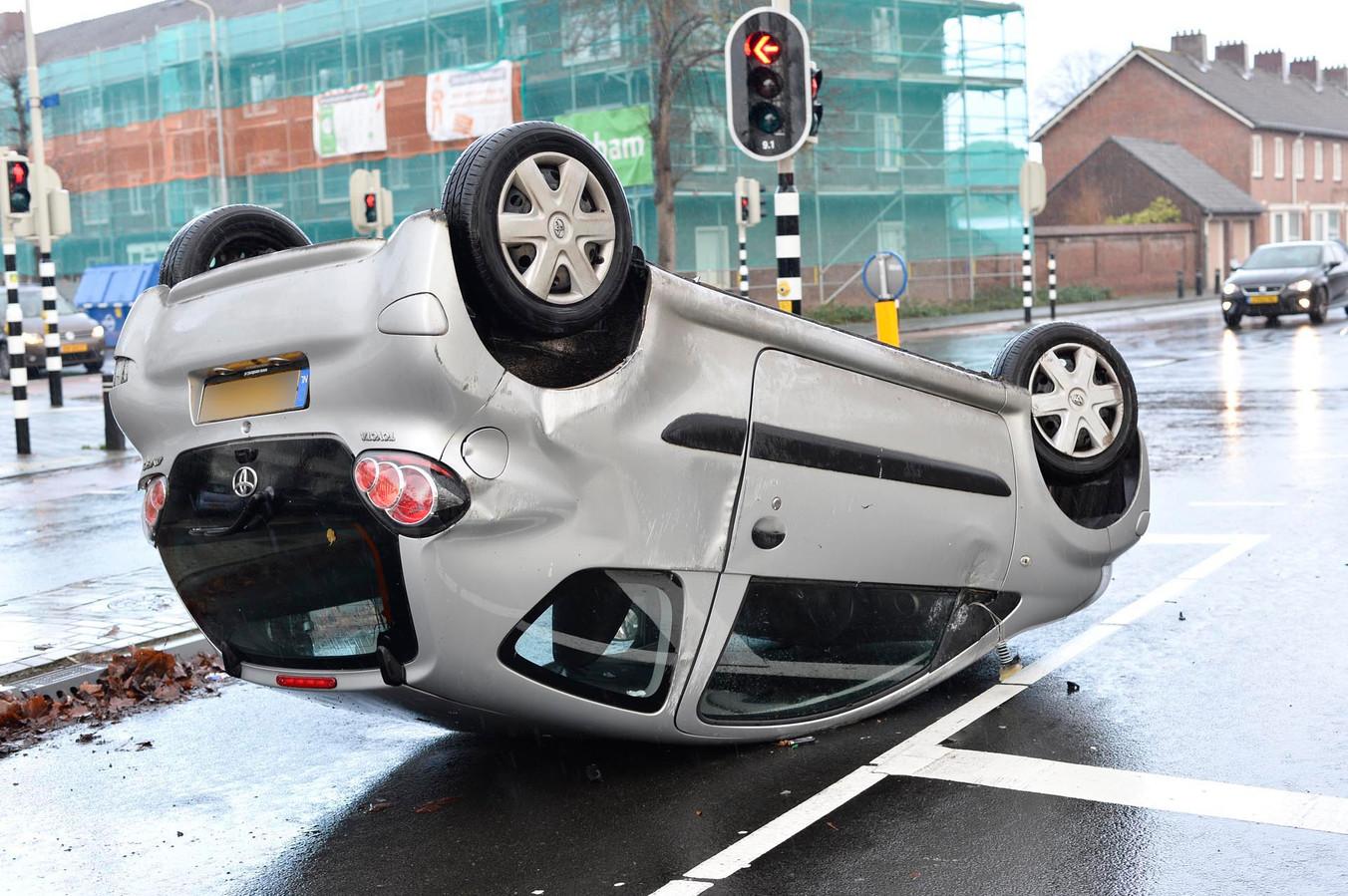 De auto belandde na de botsing op zijn kop.