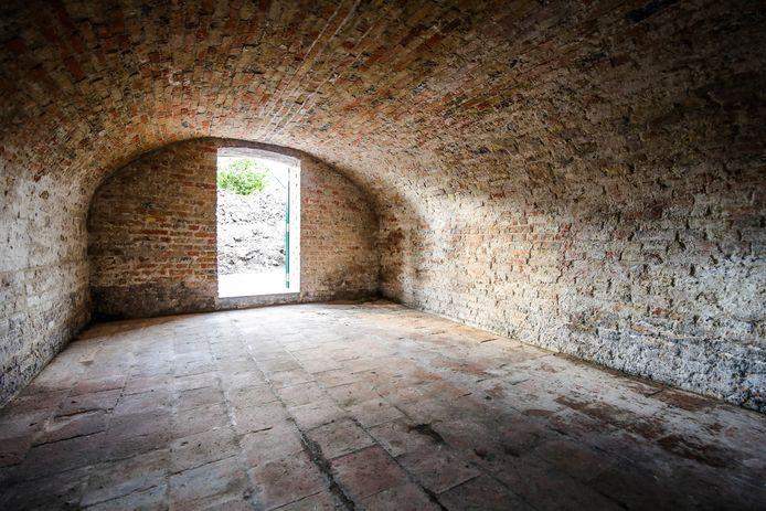 Nu kan je het originele gewelf zien en ligt de kelder er netjes bij. Hier werd het oude pleisterwerk weggekapt, waardoor je het stenen gewelf weer ziet.