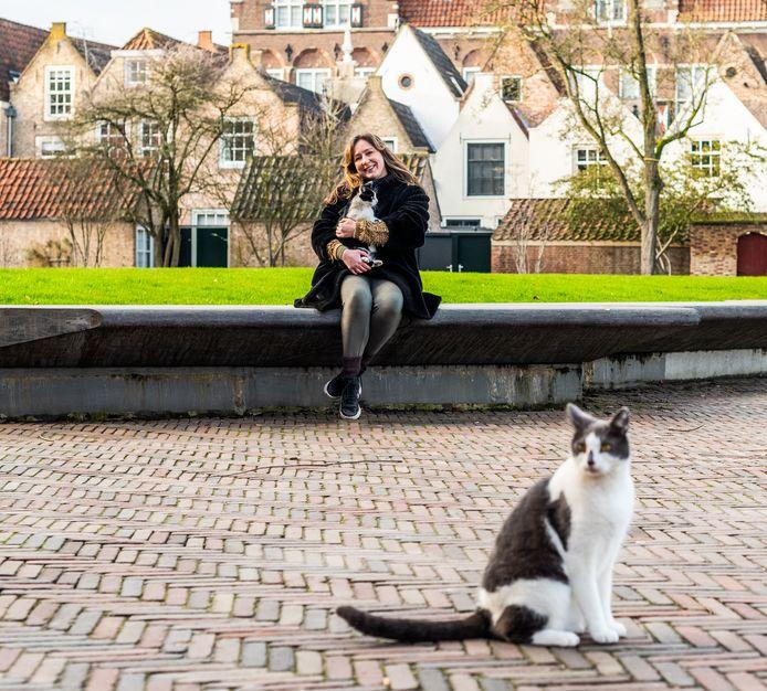 Marinde Molendijk met haar katten Panda en Beertje.