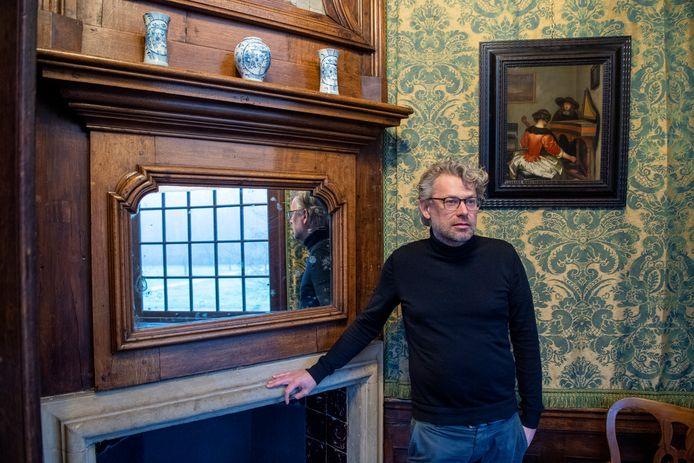 Restauratie-architect Harriën van Dijk in het hoekkabinet bij de 'Groene kamer' van de bel-etage van kasteel Eerde. Op de muren geen wandbespanning, maar 'hangings': hangende gordijnstoffen.