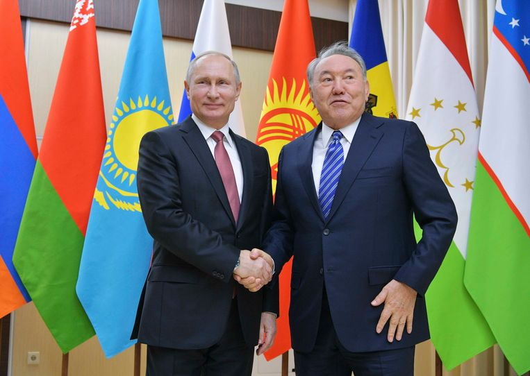Russian President Vladimir Putin (L) shakes hands with his Kazakh counterpart Nursultan Nazarbayev before a meeting of heads of the Commonwealth of Independent States (CIS) outside Moscow, Russia. Beeld REUTERS
