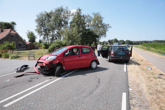 Bij het ongeluk waren drie voertuigen betrokken, een bedrijfsbusje eindigde in de naastgelegen greppel.
