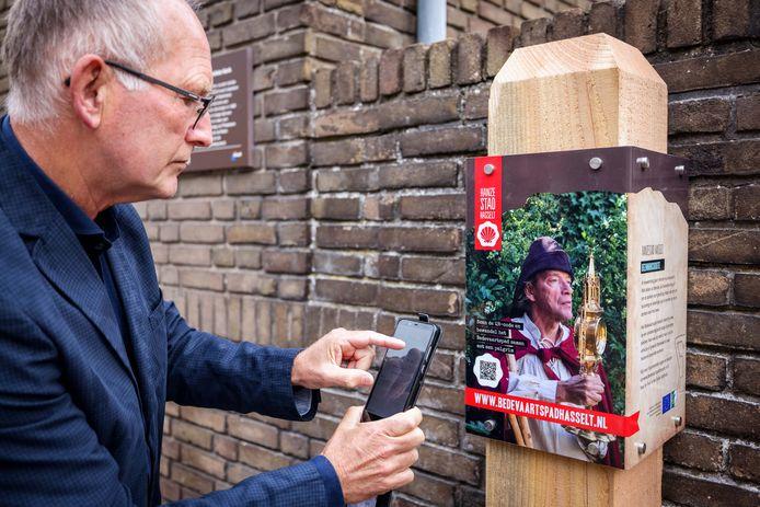 Wethouder Harrie Rietman neemt de app paal bij de Sint Stephanus parochie aan het Eiland in gebruik.