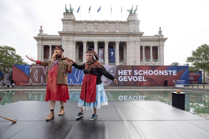 Theater Stap entertainde het publiek als opwarmer met Ensoriaanse kostuums.
