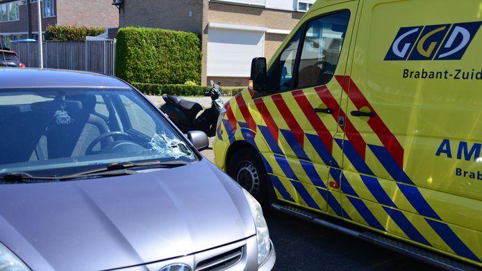 Brommerrijder raakt gewond bij botsing in Helmond.