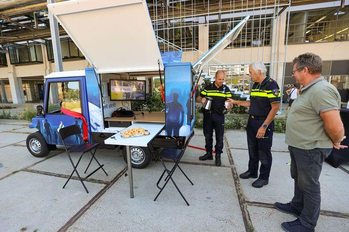 Het nieuwe elektrische wagentje waarmee politiemensen voortaan landelijk, voorlopig in vier plaatsen, een Coppie Koffie in hun wijken en buurten gaan doen.