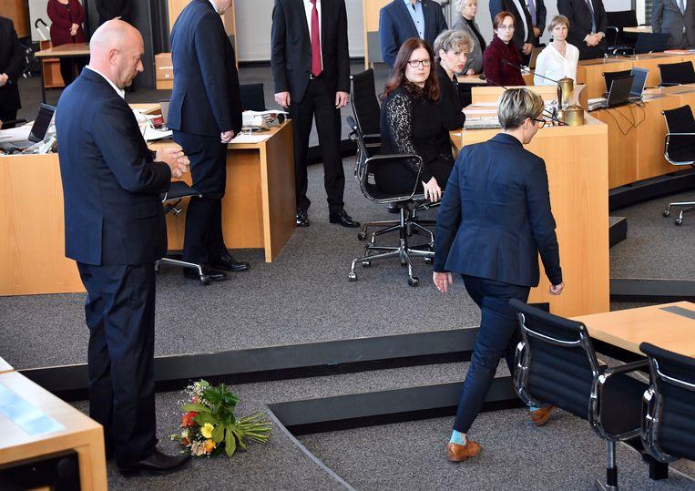 Die Linke-fractievoorzitter Susanne Hennig-Wellsow Kemmerich wierp haar boeket bloemen Kemmerich ostentatief voor de voeten. Beeld AP