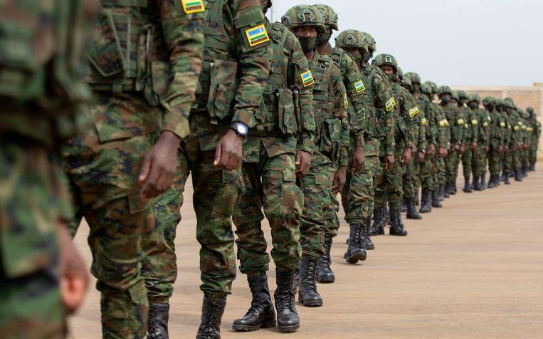 Duizend militairen uit Rwanda vertrekken naar Mozambique om het land te hulp te schieten.   Beeld REUTERS