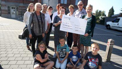 Rommelmarktorganisatoren Huizingen schenken 350 euro aan OCMW Beersel