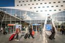 Volgens milieuorganisaties wordt er ook gesjoemeld met het aantal reizigers op Eindhoven Airport om de stikstofuitstoot door autoverkeer op papier laag te houden.