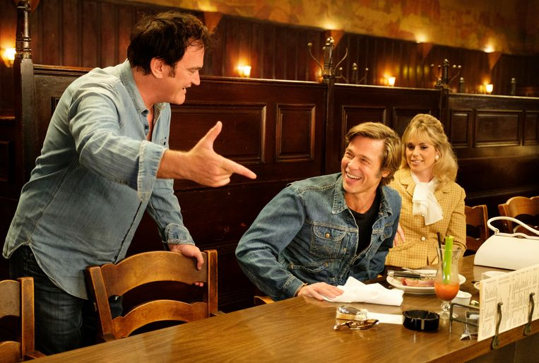 Quentin Tarantino op de set met Brad Pitt. Beeld RV
