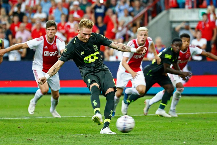 Emond scoort de gelijkmaker van op de penaltystip in de heenmatch: het doelpunt van de hoop voor Standard. Beeld Photo News