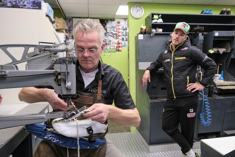Johannes Feenstra aan het werk in zijn schoenmakerij; marathonschaatser Ingmar Berga komt langs omdat een sluiting van zijn schaats niet lekker zit Beeld Sjaak Verboom