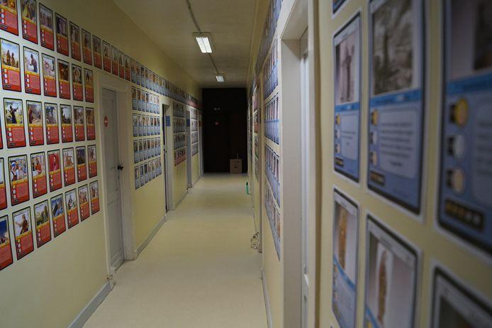 Op de muren hangen 500 kaarten