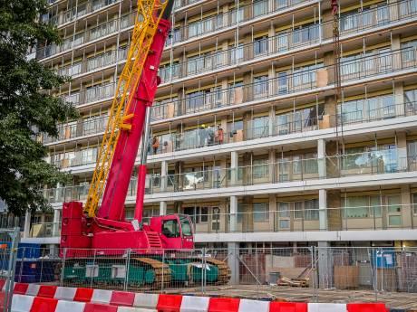 Zieke vrouw (83) wordt 'horendol' van herrie in flat, renovatie duurt nog een jaar: 'Ik kan niet naar buiten'