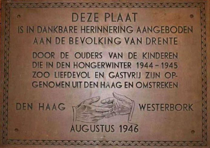 De gedenkplaat die de Haagse ouders aan Drenthe schonken.