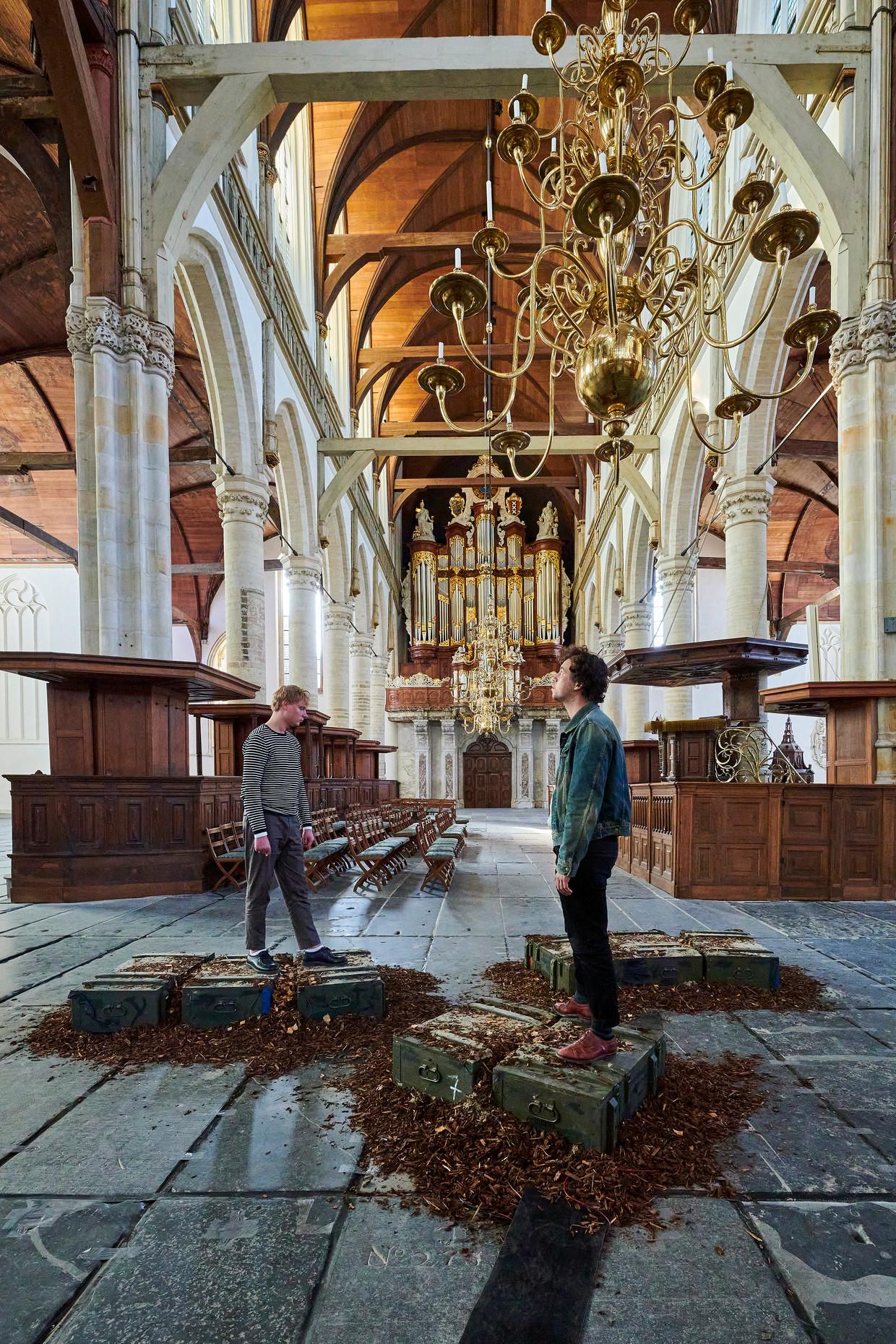 Het enige tastbare onderdeel  van de expositie bestaat uit een stel houten munitiekisten waarin luidsprekers zitten. Beeld Jan-Kees Steenman