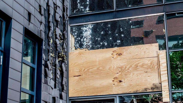 Kogelgaten in een raam van een kantoorpand dat is beschoten met een antitankwapen. Beeld ANP