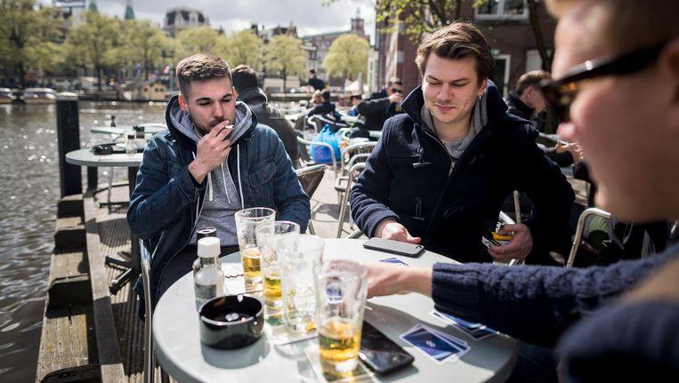 Op het terras van café De Jaren in de Nieuwe Doelenstraat wordt nu nog veel gerookt Beeld Rink Hof