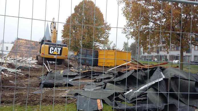 In aanloop naar de bouw van de woningen is de sloop op het terrein in volle gang.