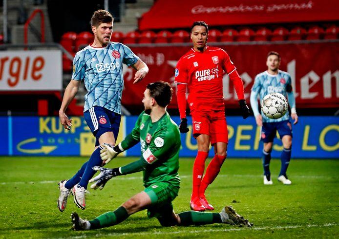 Klaas-Jan Huntelaar scoort de 1-3.