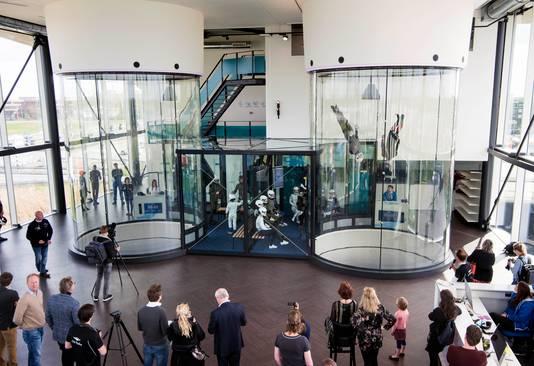 Utrecht - City Skydive opent morgen officieel de deuren voor publiek. Er werden wat demonstraties gegeven en genodigden mochten alvast een duik nemen (Foto Marnix Schmidt)