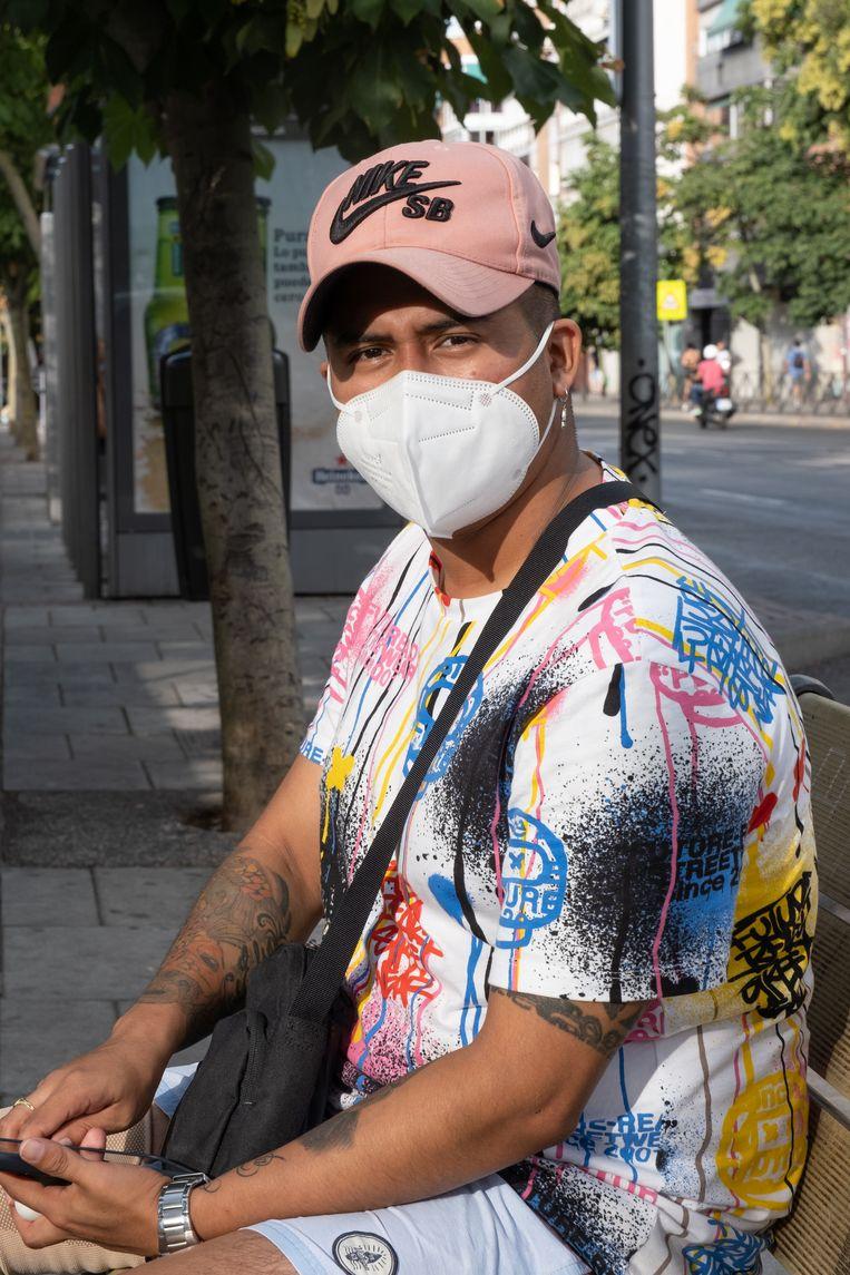Alexander Santiago draagt het masker omdat zijn moeder op een ic belandde. Beeld Eline van Nes