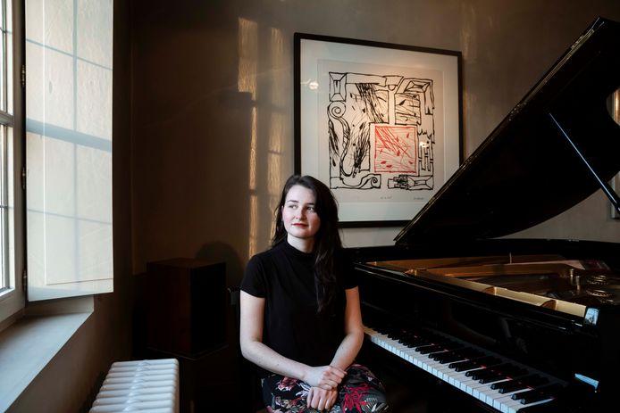 Marie Francois aan haar piano.