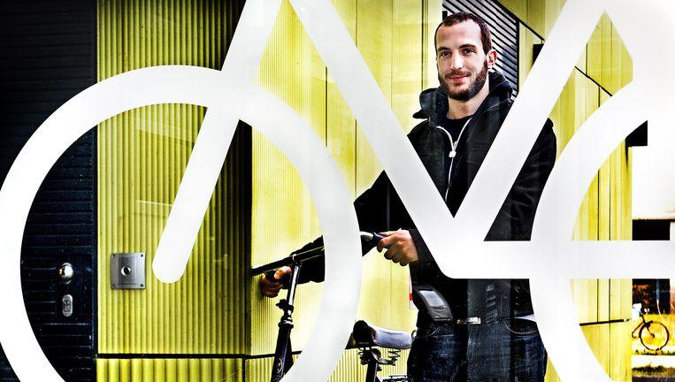 Simon Widler met een fiets die voor 5,00 per dag wordt verhuurd via Cycleswap. Beeld Klaas Jan van der Weij