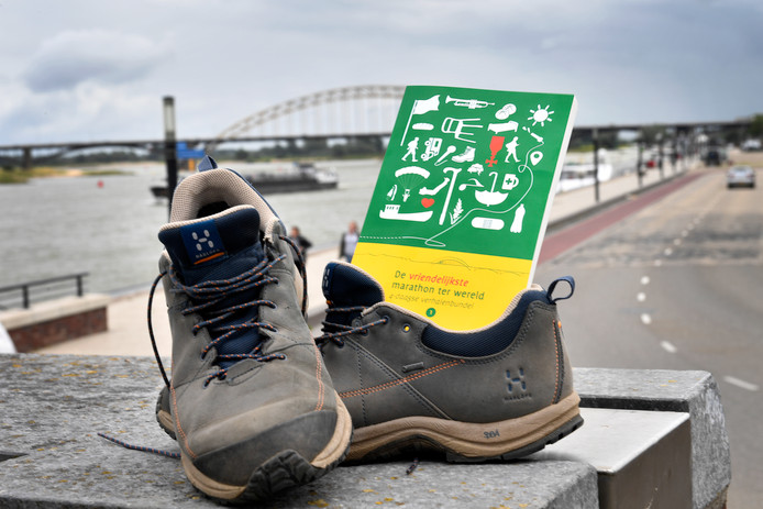 Schoenen aan de Waalkade.