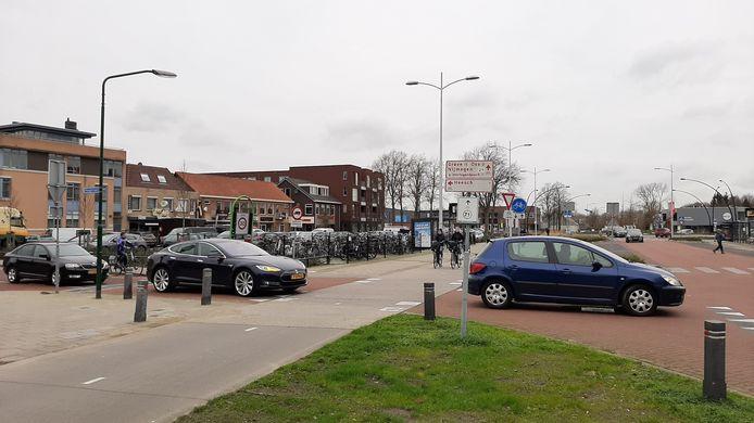 Auto's komend uit de Hoogstraat hebben pas laat goed zicht op het fietspad.