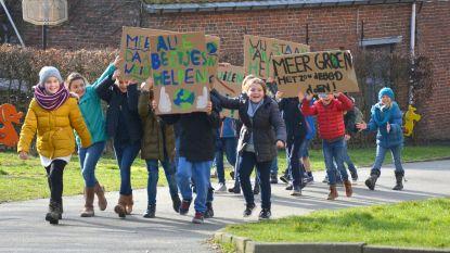 Leerlingen betogen voor het klimaat op Dikketruiendag