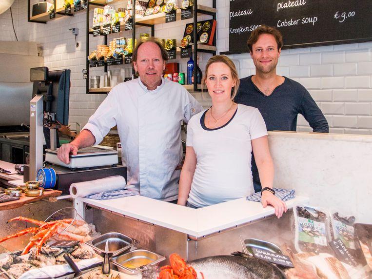 Fons, Fleur en Pepijn de Visscher in hun The Seafood Shop op de Leidsestraat. Beeld Jesper Boot