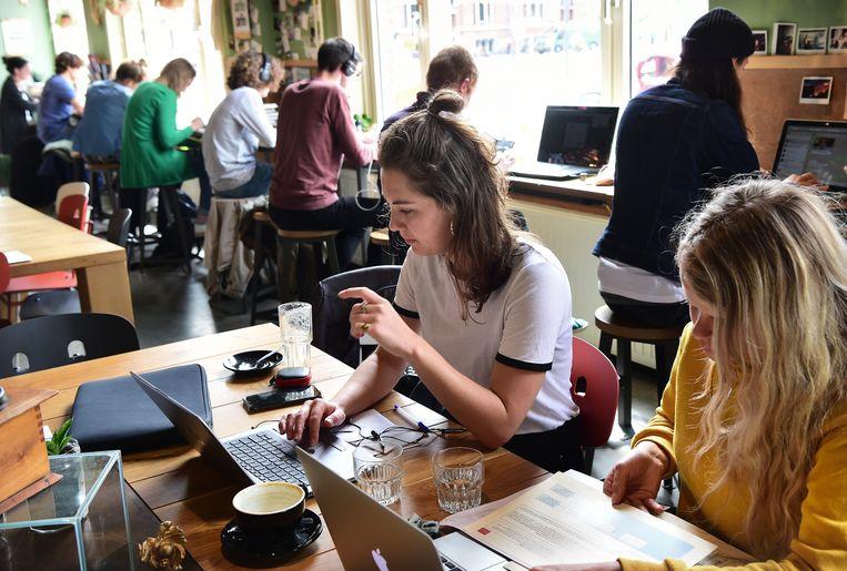 Flexwerkers komen samen om alleen te werken in een koffiezaak in Den Bosch. Beeld Marcel van den Bergh / de Volkskrant
