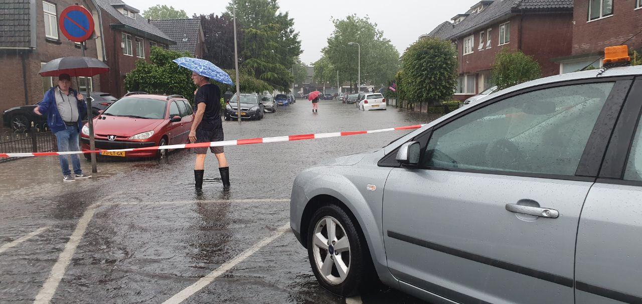In de Josef Haydnlaan in Hengelo is de overlast zo groot, dat buurtbewoners de straat hebben afgesloten.