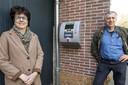 Kleine kernen in Berkelland luiden de noodklok om het onderhoud van aed's. Henk Radstake en Ina Timmerije bij de aed aan de muur bij Hietbrink installatie