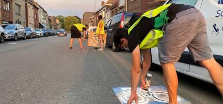 Het Gents MilieuFront schildert nep-fietsstrook in Kapiteinstraat Wondelgem
