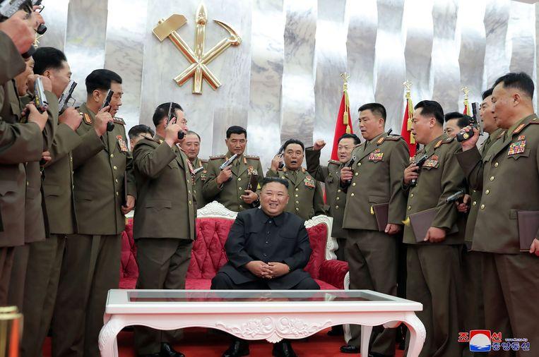 De Noord-Koreaanse leider Kim Jong-un tussen topmilitairen in Pyongyang. Beeld AFP