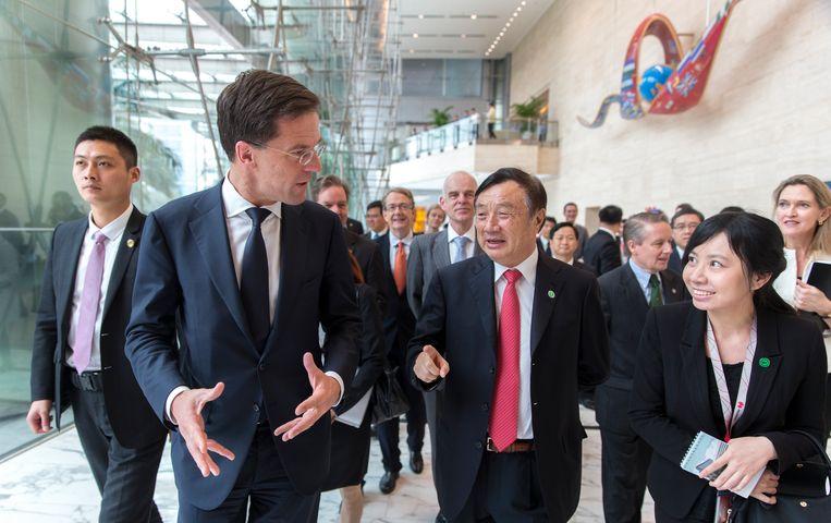 Premier Mark Rutte in 2015 samen met onder anderen de oprichter van Huawei, Zhengfei Ren (midden), tijdens een bezoek aan het Chinese bedrijf in Shenzhen. Beeld Hollandse Hoogte / ANP