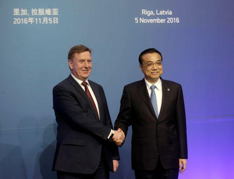 De Letse premier Maris Kucinskis (links) schudt de hand van zijn Chinese collega Li Keqiang tijdens een top van Midden- en Oost-Europese landen en China in Riga. Beeld REUTERS
