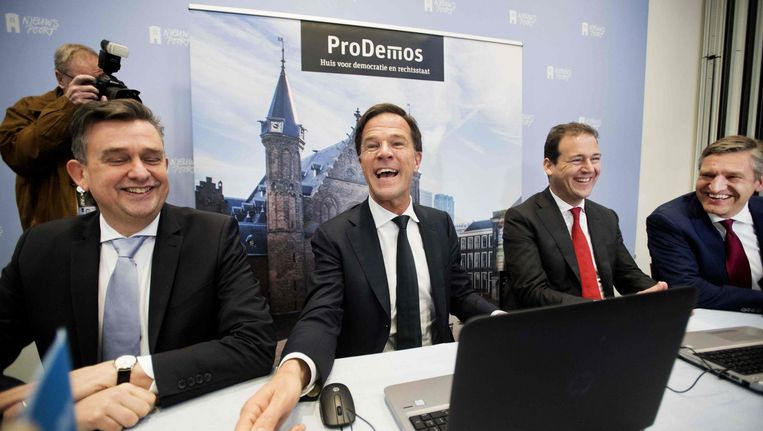 Lijsttrekkers Roemer (SP), Rutte (VVD), Asscher (PvdA) en Buma (CDA) maken de Stemwijzer. Beeld afp