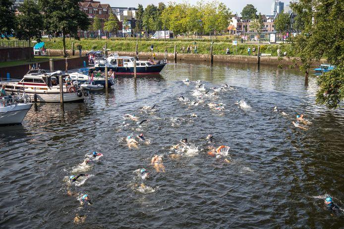 Deelnemers aan de City Swim in Zwolle zwemmen eind deze maand 2.7 kilometer door de stadsgracht voor het goede doel.