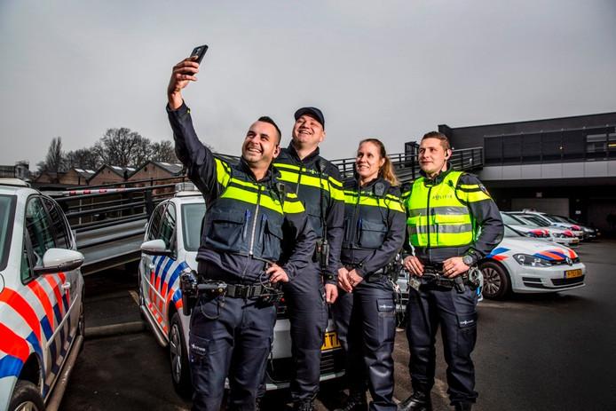 Agenten schieten een foto voor hun Instagram-account. Foto: Rob Voss